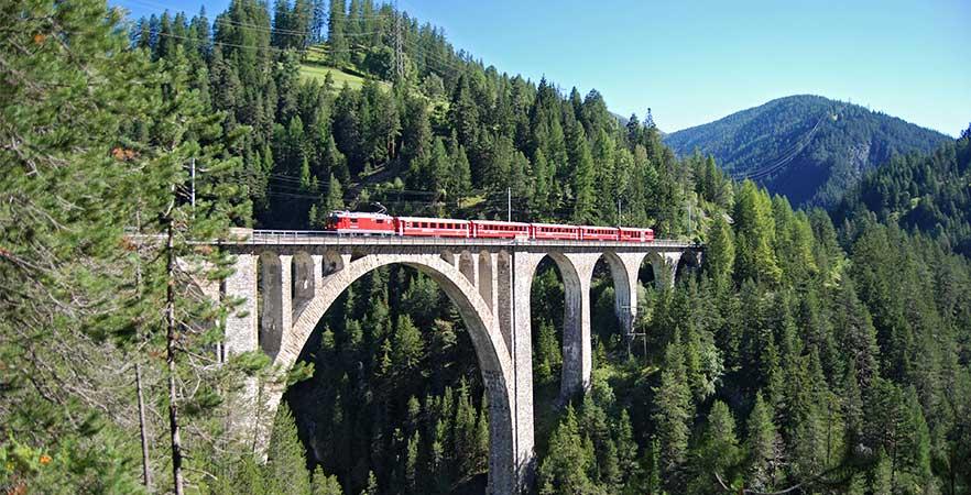 Glacier Express auf dem Landwasserviadukt in der Schweiz
