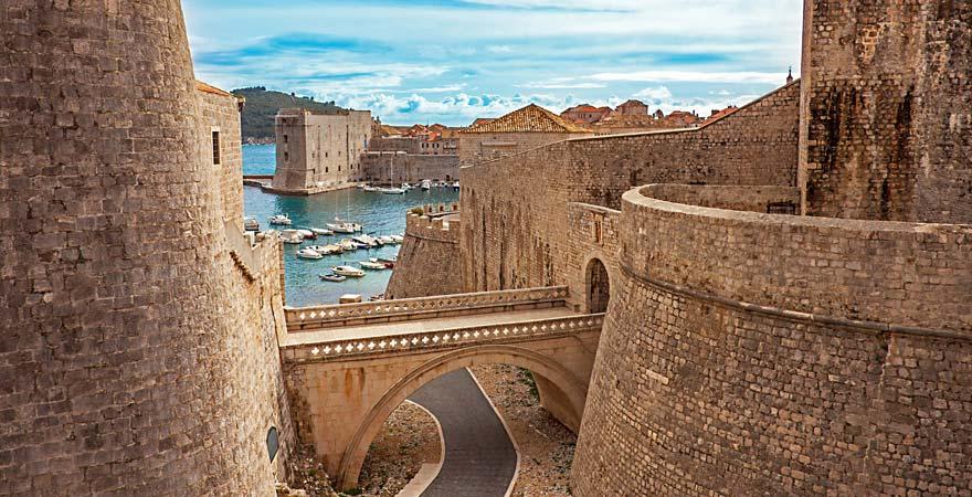 Stadtmauer und Hafen von Dubrovnik