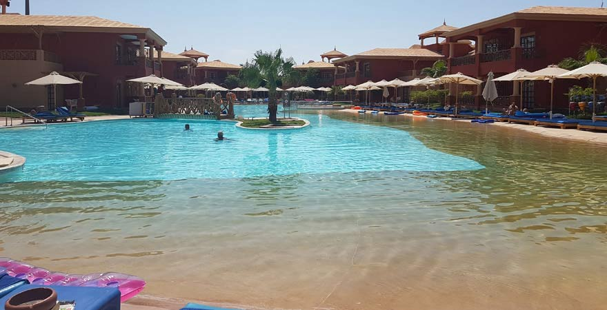 Flach abfallender Pool im Alf Leila Wa Leila Hotel