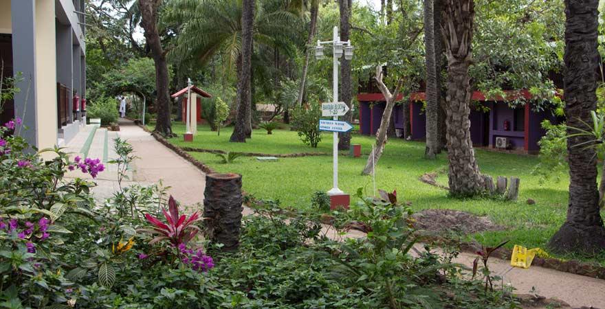 Garten vom Senegambia Beach Hotel