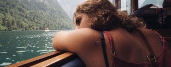 Frau leidet unter Übelkeit wegen Seekrankheit während Schifffahrt