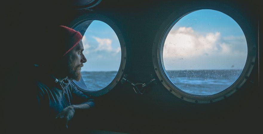 Mann leidet unter Seekrankheit