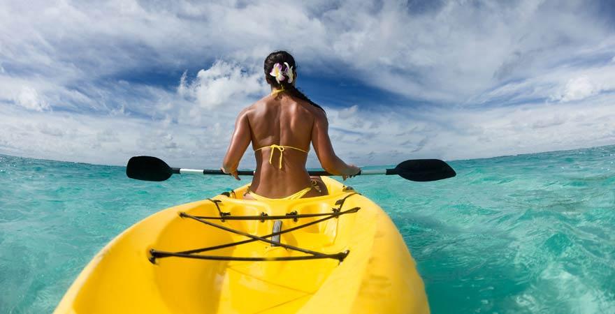 Auch Kajakfahren zählt zu unseren Reisetipps für die Malediven