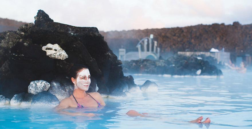 Frau entspannt in der Blauen Lagune in Island