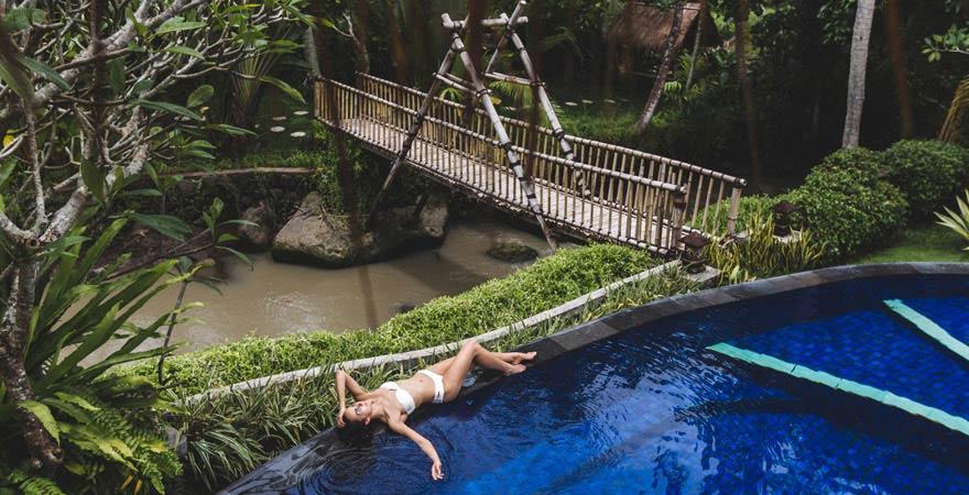 Frau im Infinity Pool, Bali