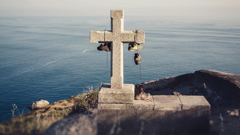 Kreuz und Wanderschue am Kap Finisterre, Jakobsweg, Spanien
