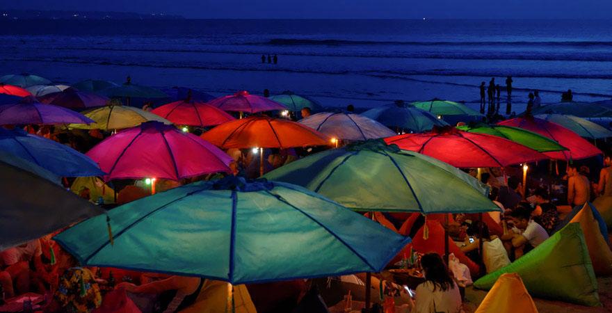 Strandparty an Seminyak Beach auf Bali