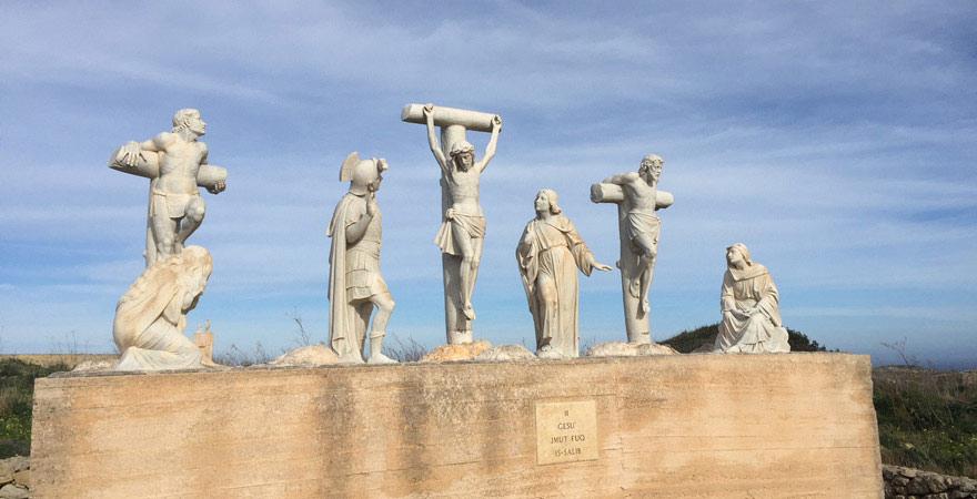 Heiligenfiguren auf dem Wanderweg Ta Pinu auf Gozo