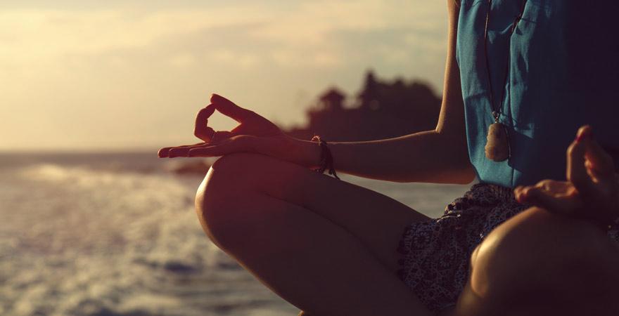 Yoga am Strand von Bali
