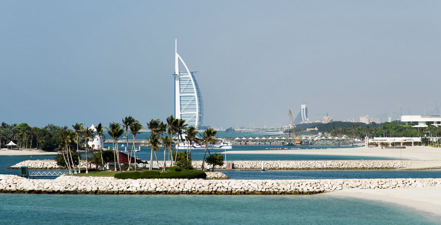Blick auf das Burj al Arab in Dubai