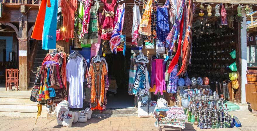Shop in Dahab mit Kleidung und Shishas
