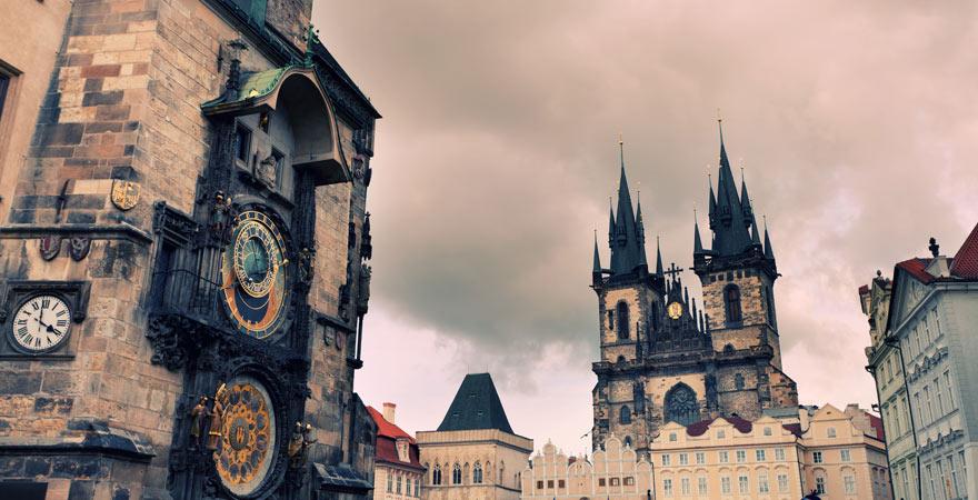 Blick von der astronomischen Uhr am Altstädter Rathaus auf die Teynkirche in Prag