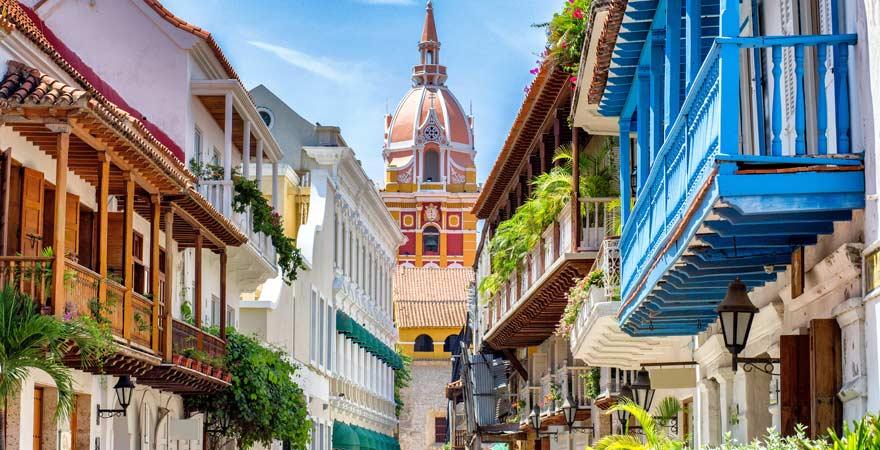 Bunte Nachbarschaft in Cartagena, Kolumbien