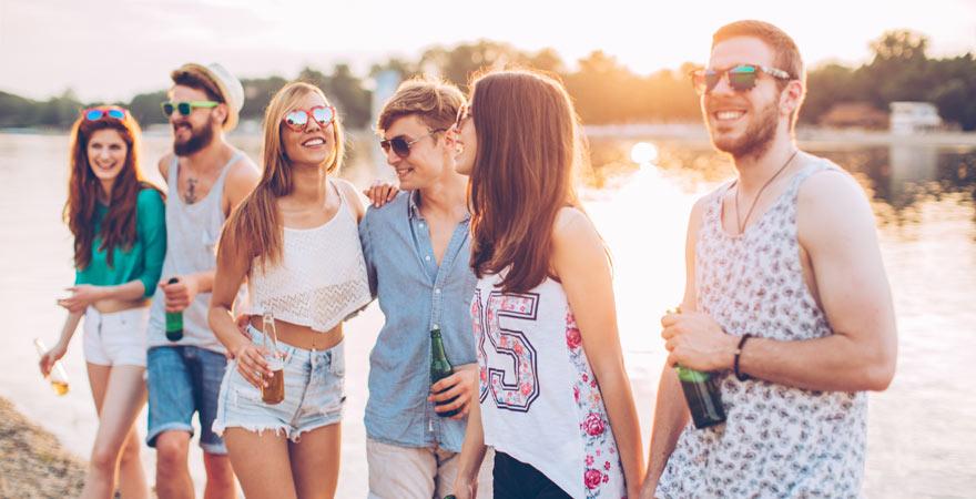 Freunde auf Partyurlaub auf Ibiza