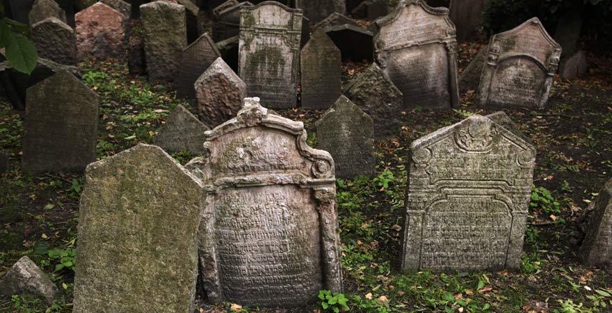 Grabsteine auf dem Jüdischen Friedhof in Prag