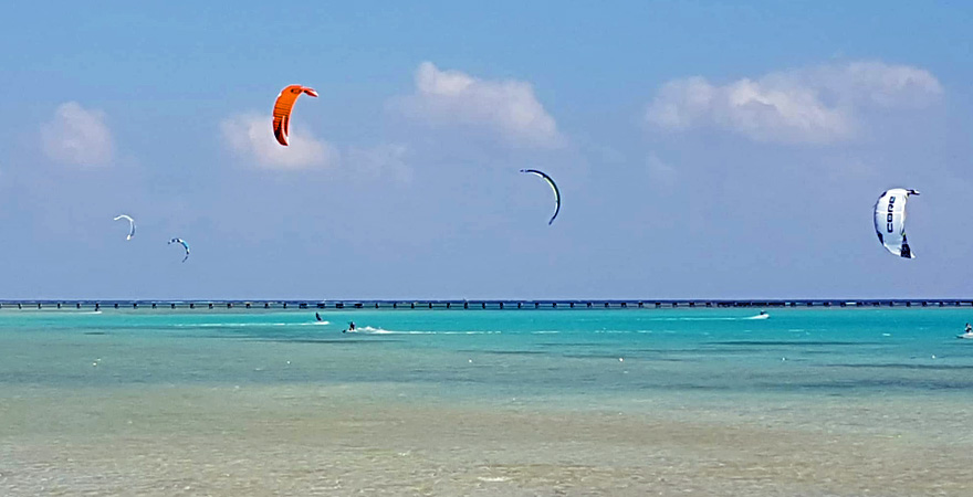 Kite Surfer am Strand vor dem Magic Tulip Beach Resort