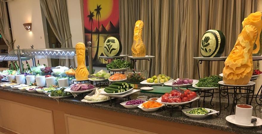 Salatbuffet im Hauptrestaurant im Magic Tulip Beach Resort