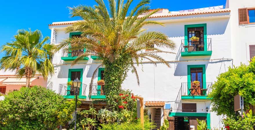 Farbenfrohe Häuser in Sant Joan de Labritja auf Ibiza