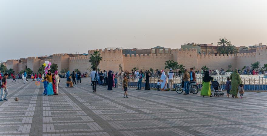 Belebter Platz in der Oasenstadt Taroudant in Marokko