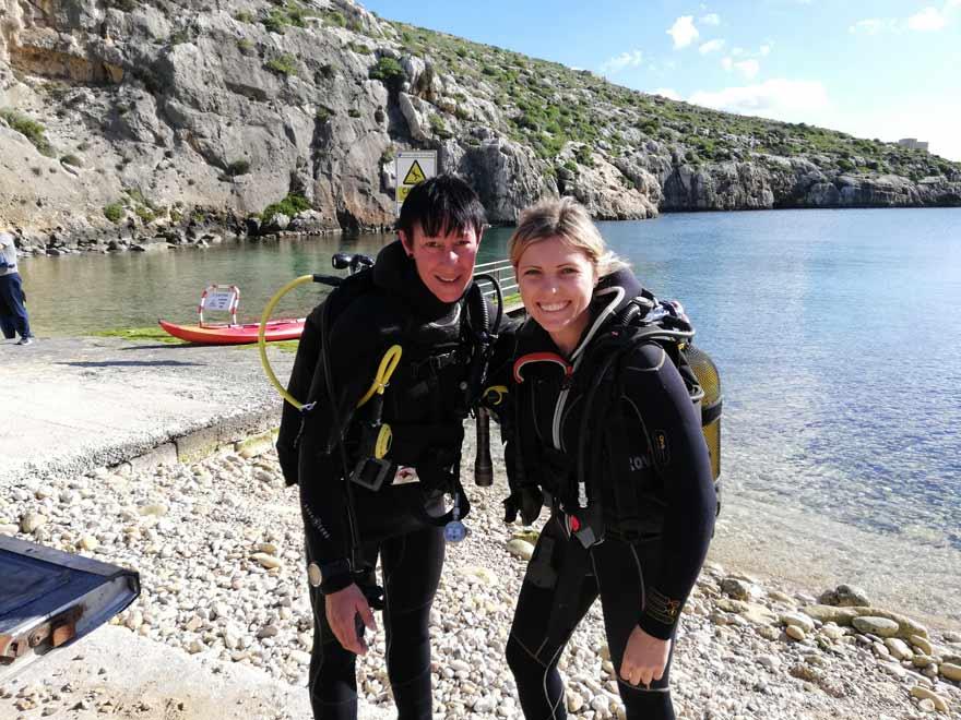 Antonija und Christine vor ihrem Tauchgang auf Gozo