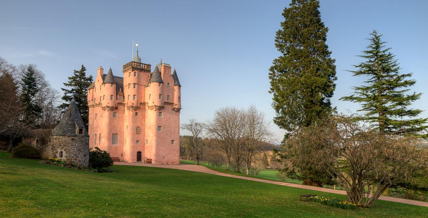 Das rosane Schloss Craigievar Castle ist eine herrliche Sehenswürdigkeit in Schottland
