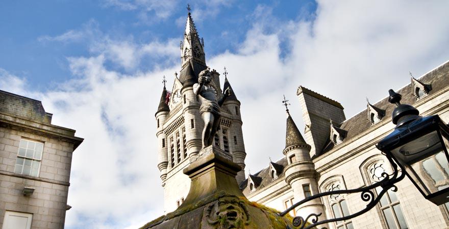 Die berühmte Skulptur von Mannie vor dem Townhouse Tower in Aberdeen, Schottland