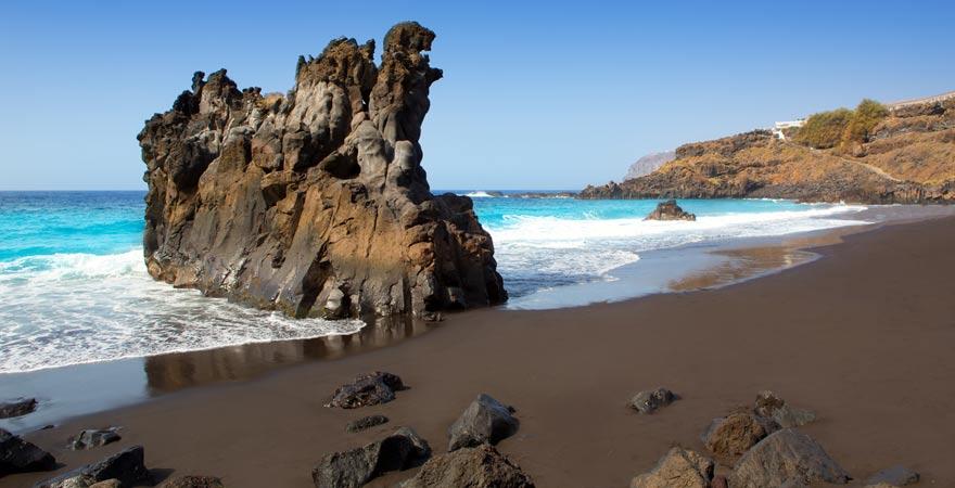 Playa Bollullo mit schwarzem Vulkansand auf Teneriffa