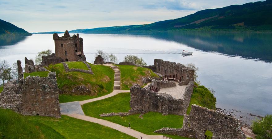 Das Urquhart Castle am Loch Ness ist ein toller Aussichtspunkt über den See