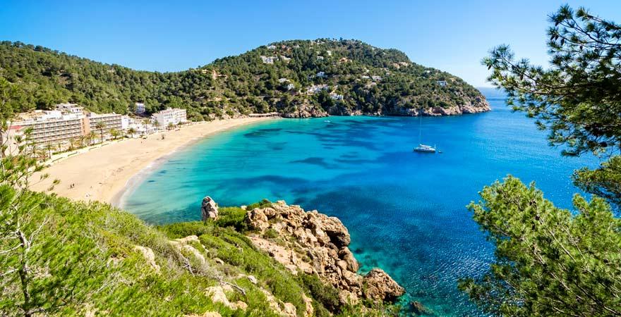 Mein Tipp: Von hier oben aus genießt ihr einen herrlichen Blick über die Bucht von Cala de Sant Vicent auf Ibiza