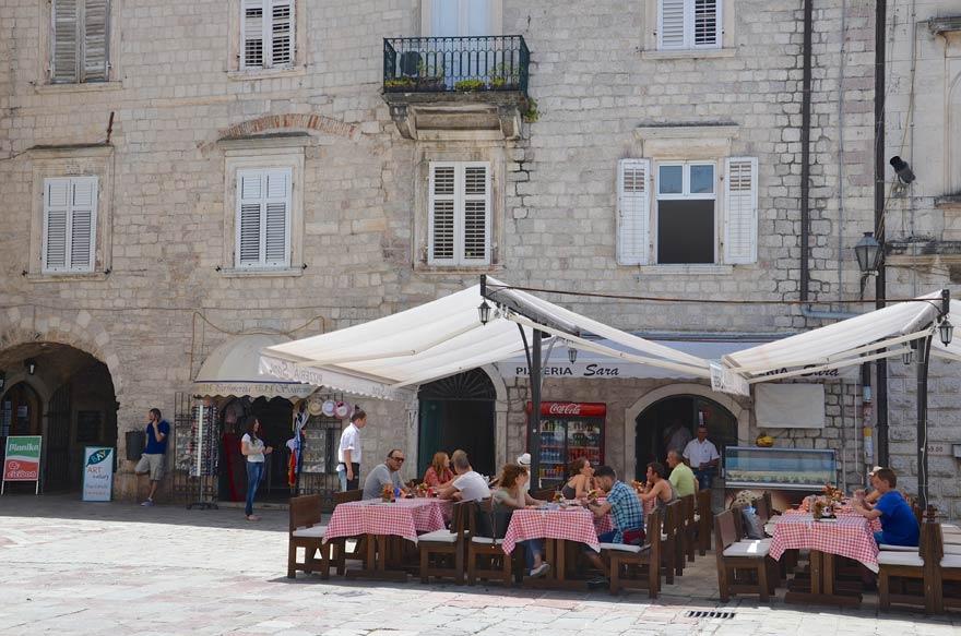 Ein Café in Kotor in Montenegro