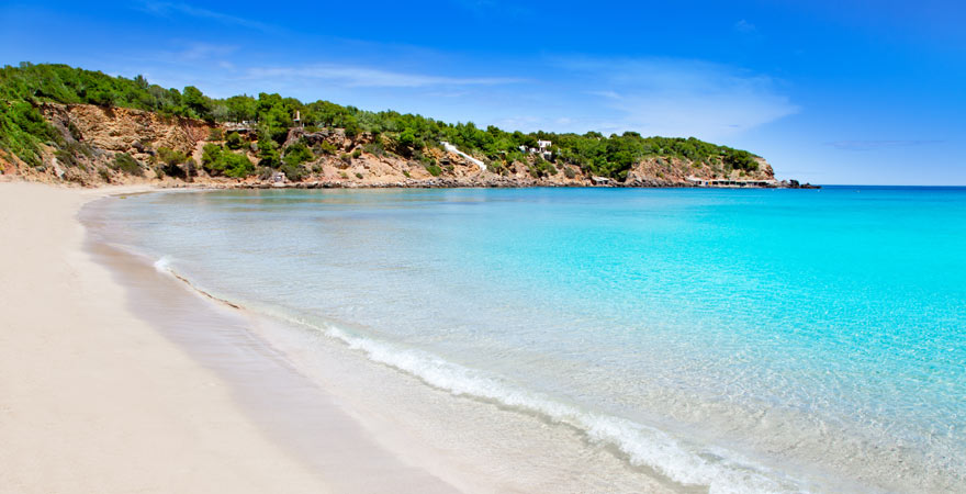 Die Cala Llenya mit ihrem weißen Sand gehört zu den besten Tipps für euren Urlaub auf Ibiza