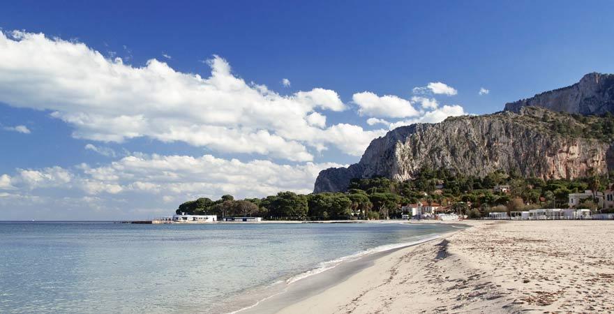 Der Strand von Mondello ist ein Highlight auf Sizilien