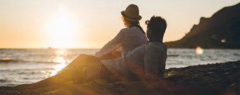 Ein Paar am Strand in Griechenland bei Sonnenuntergang