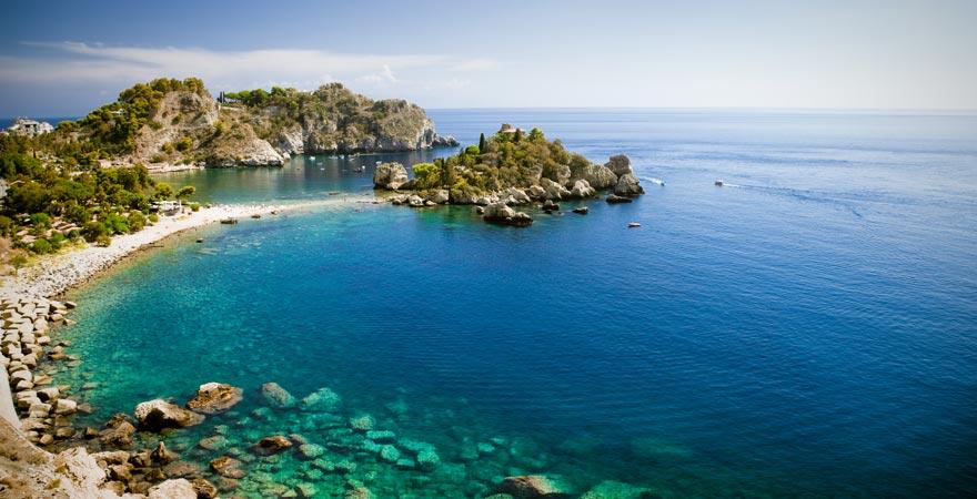 Die Bucht von Mazzarò zählt zu den schönsten Stränden Siziliens