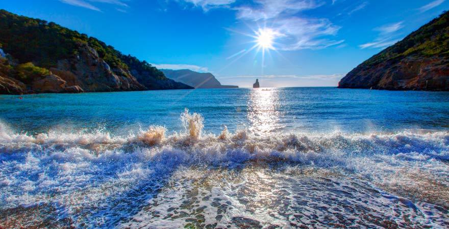 Der Strand von Cala Benirrás gehört zu meinen Tipps auf Ibiza