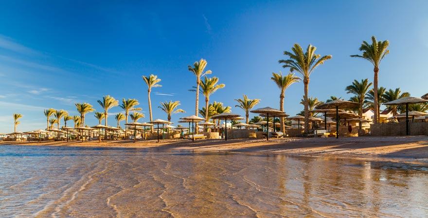 Ein flacher Sandstrand ist im Urlaub mit Kindern in Ägypten wichtig