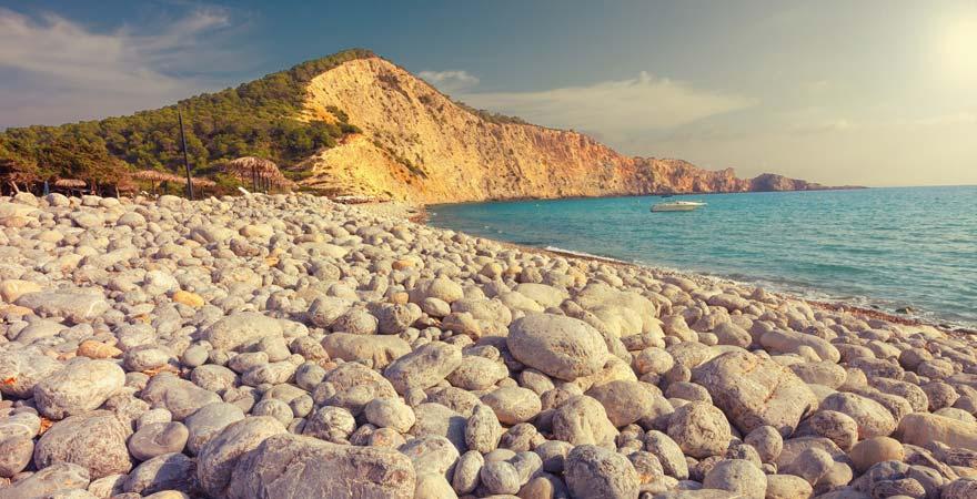 Der Cala Jondal ist ein sehr exklusiver Strand auf Ibiza