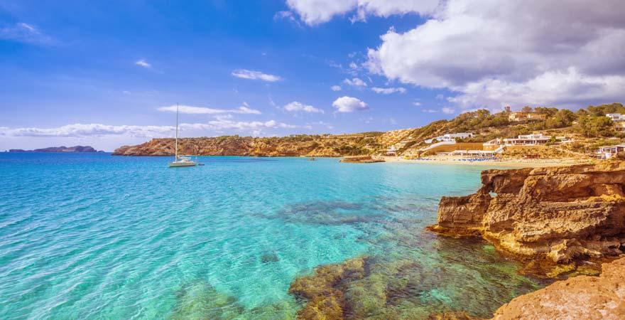 Der Cala Tarida ist ein 900 Meter langer Strand auf Ibiza