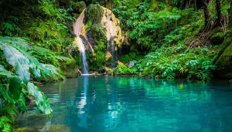 Die Caldeira Velha ist eine wunderschöne Thermalquelle auf der Azoren-Insel Sao Miguel