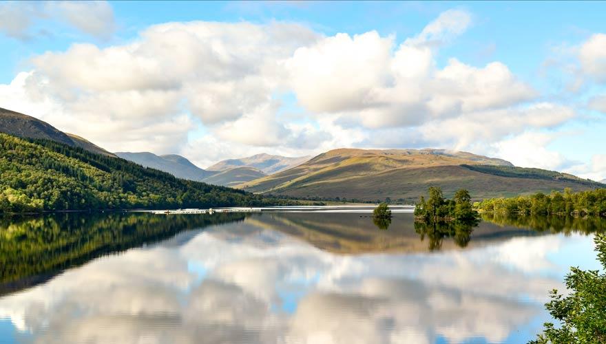 Vorbei an Loch Lochy in Schottland führt ein herrlicher Wanderweg