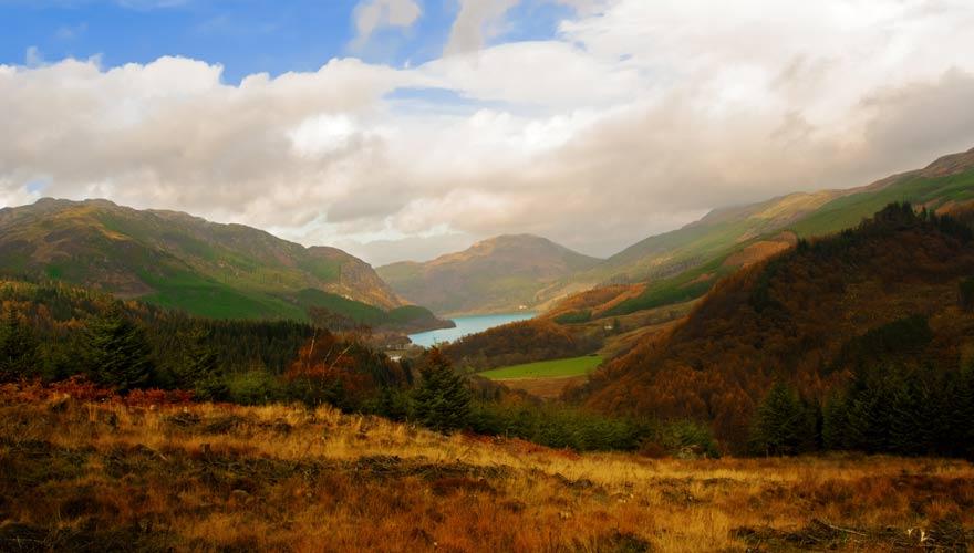 Wandert am Loch Lubnaig vorbei