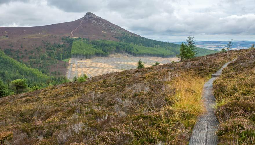 Es gibt eine Wanderung in Schottland, die zum Granitgipfel Mither Tap führt