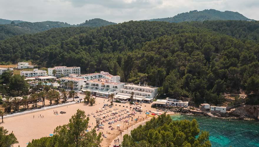 Der Playa Puerto de San Miguel ist ein bei Urlaubern beliebter Strand auf Ibiza