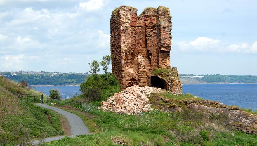 Eine schöne Sehenswürdigkeit bei einer Wanderung in Schottland: der Seafield Tower aus dem 16. Jahrhundert