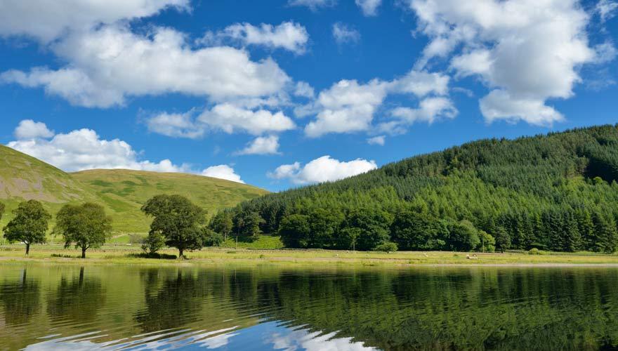 Eine schöne Wanderung führt in Schottland an St. Mary's Loch