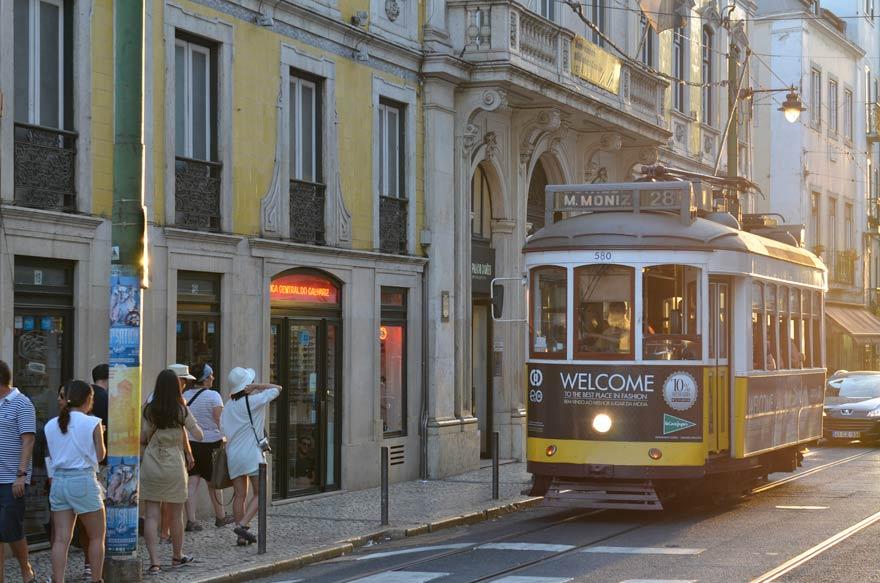 Eine Fahrt mit der Straßenbahn 28 ist ein Highlight in Lissabon