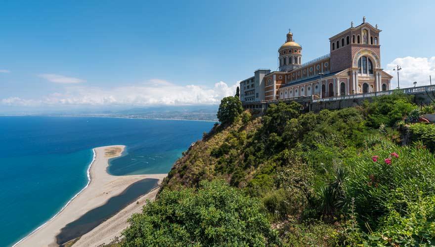 Eine Lagune und ein herrliches Panorama erwarten euch am Tindari-Strand auf Sizilien