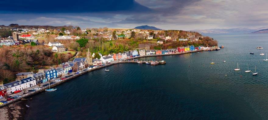 Das pittoreske Tobermory Bay mit seinen bunten Häusern ist der Startpunkt einer der schönsten Wanderungen in Schottland
