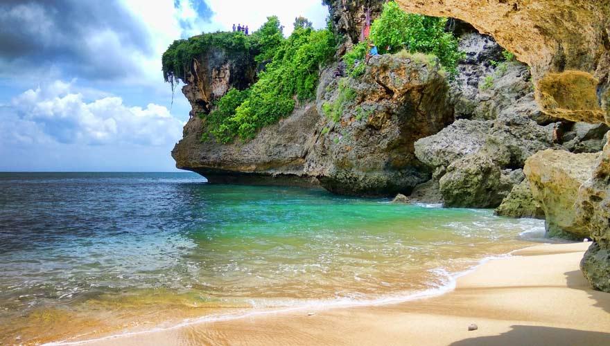 Der Balangan Beach ist ein Strand auf Bali, der sehr beliebt für Hochzeitfotos ist