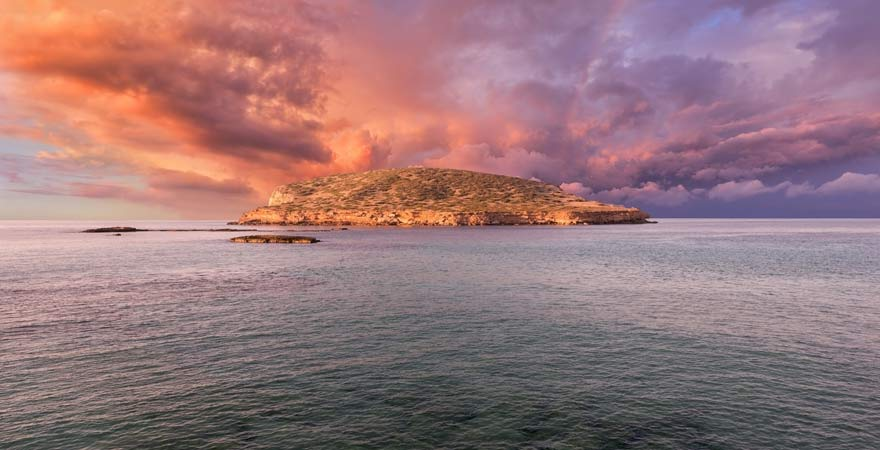 Der Ausblick von Cala Comte auf Ibiza zu Sonnenuntergang
